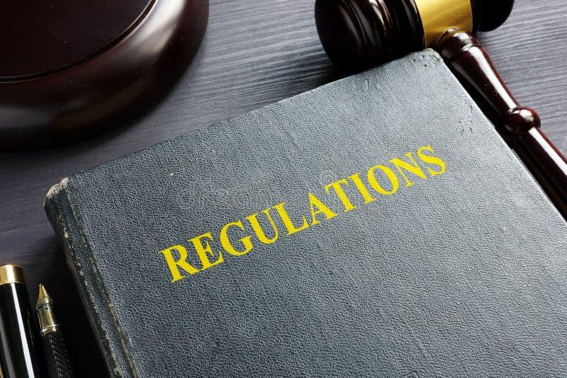 Регулировки книга и молоток закон принципиальной схемы предпосылки 3d изолированный иллюстрацией представил белизну стоковые фото