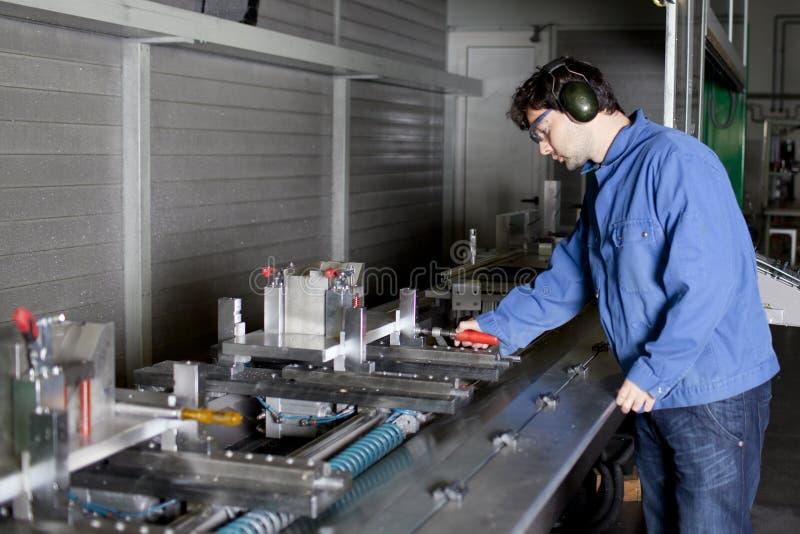регулирует машину фабрики инженера стоковая фотография