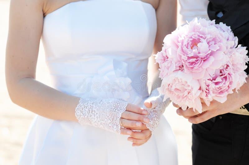 регулирующ невесту ее венчание кольца стоковое фото