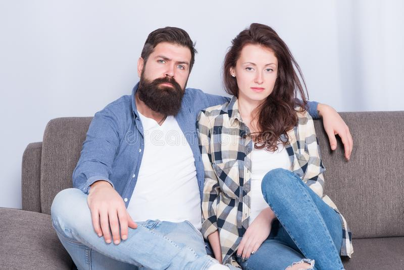 Регулярные пары ослабляя на кресле Встреча на парах psychotherapist семьи в объятии любов смотря камеру Семья стоковые фото