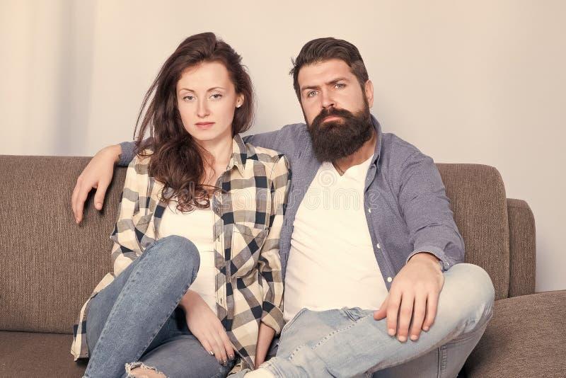 Регулярные пары ослабляя на кресле Встреча на парах psychotherapist семьи в объятии любов смотря камеру r стоковые изображения rf