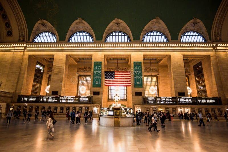 Регулярные пассажиры пригородных поездов и туристы в большом центральном вокзале в Нью-Йорке стоковые фото