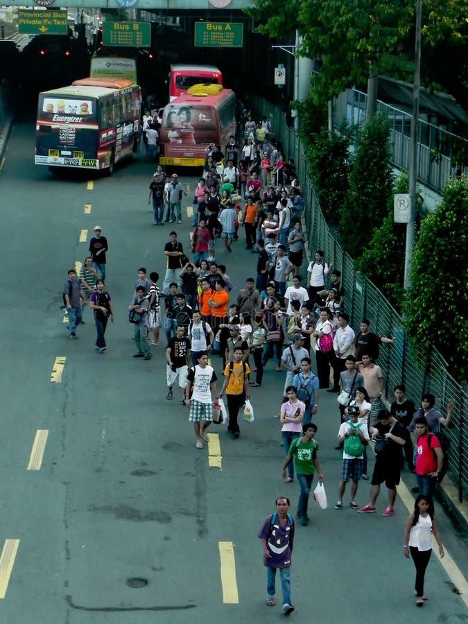 Регулярные пассажиры пригородных поездов на часе пик стоковая фотография rf