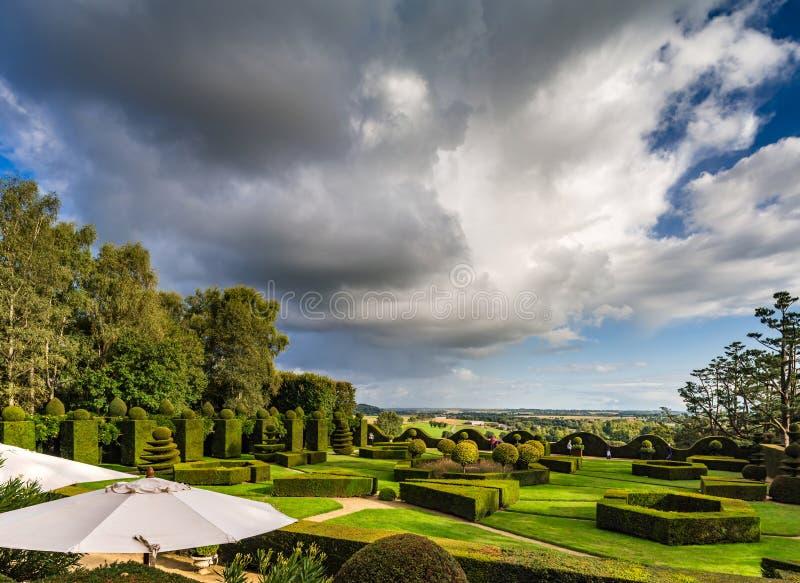 Регулярн сад в меньшем французском замке, время захода солнца стоковое изображение rf