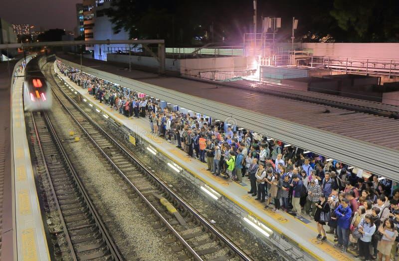 Регулярные пассажиры пригородных поездов вокзала Гонконга стоковые изображения