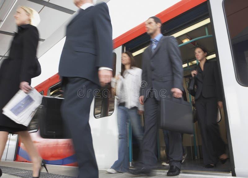 Регулярные пассажиры пригородных поездов дела получая поезд стоковые изображения rf