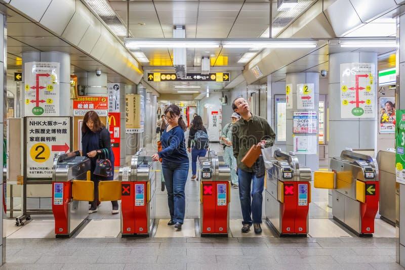 Регулярный пассажир пригородных поездов метро в Осака, Японии стоковая фотография rf