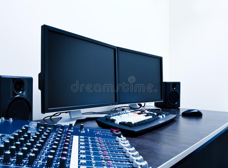 редактировать видео- рабочую станцию стоковое изображение