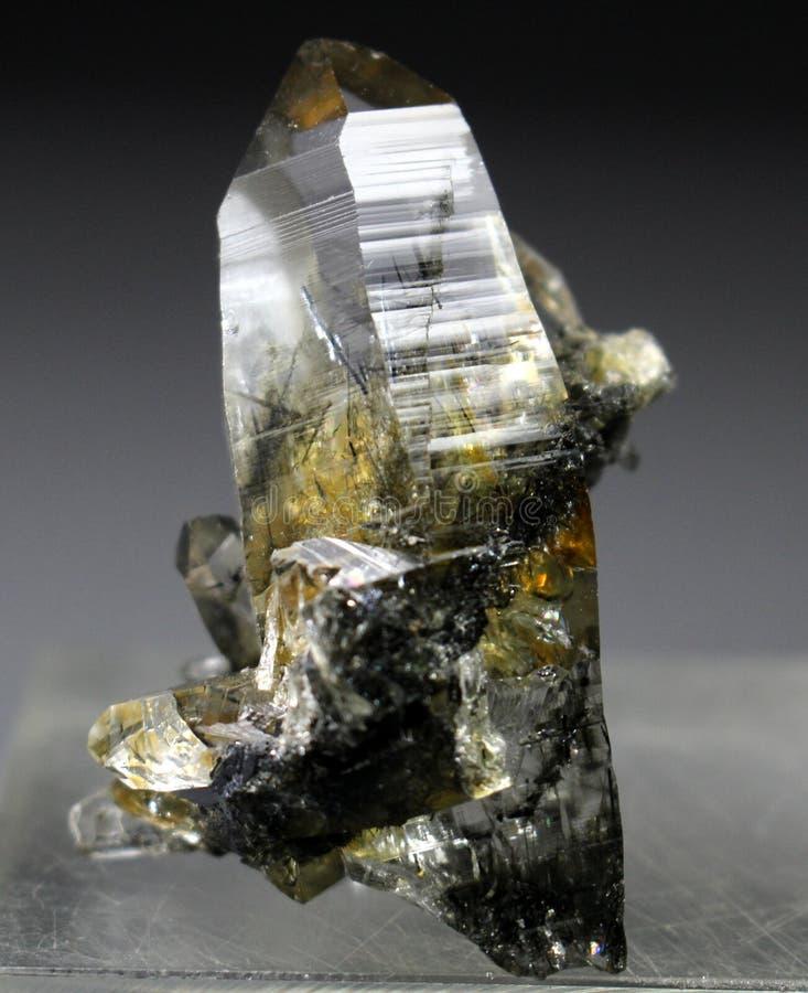 Редкий кварц с образцом кристалла включения рутила стоковое фото