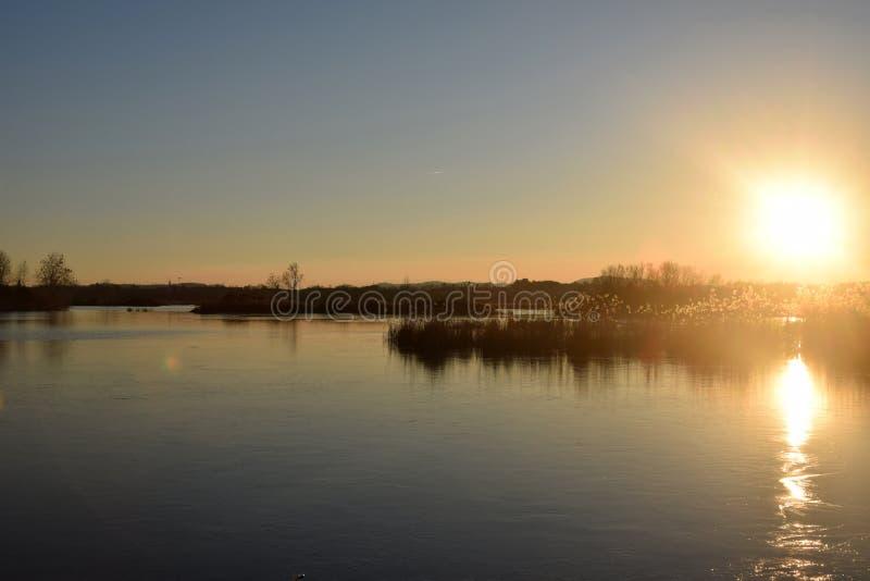 Редкое явление замороженных трясин озера Iseo - Брешия - стоковые изображения rf