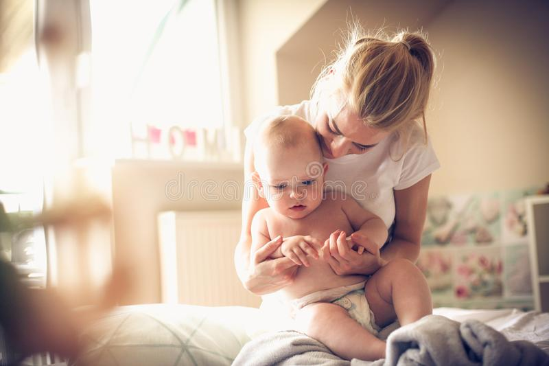 Режим утра с моим сыном младенца стоковые фото