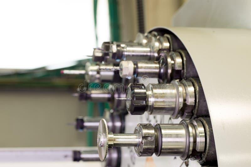 Режущий инструмент CNC промышленный на автоматизированном carousel изменителя токарного станка стоковое фото