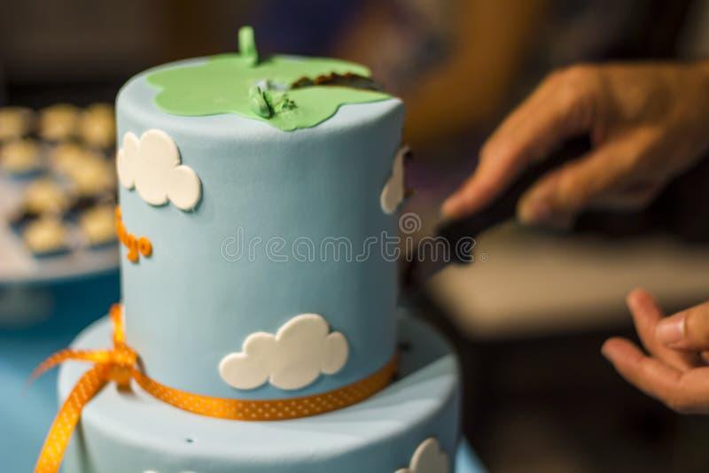 Резать именниный пирог стоковые фотографии rf