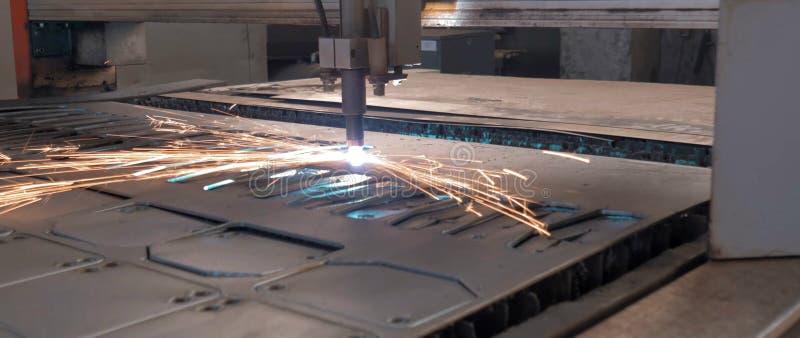 Резать лазера металлического листа с искрами стоковая фотография