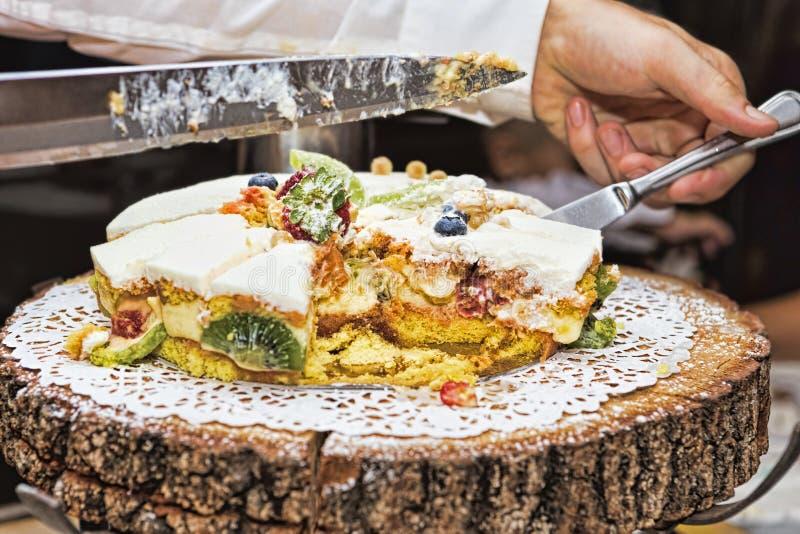 Резать мягкий торт губки с cream и свежими фруктами стоковое изображение
