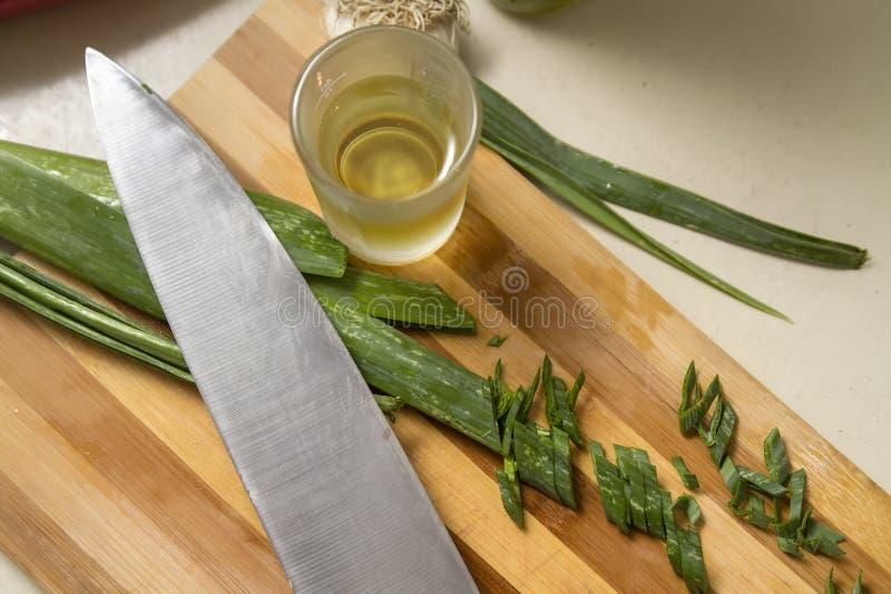 Резать овощи на кухонном столе стоковые изображения rf