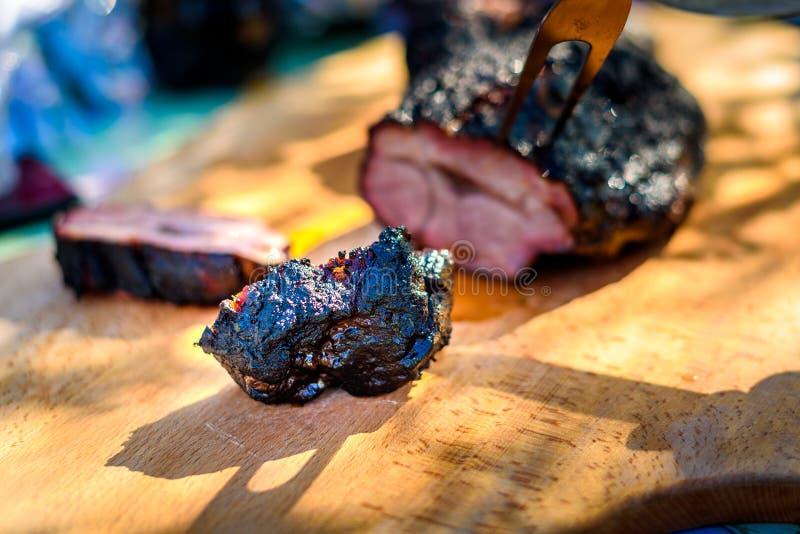 Резать очень вкусное мясо свинины ростбифа от медленного варя курильщика стоковые изображения rf