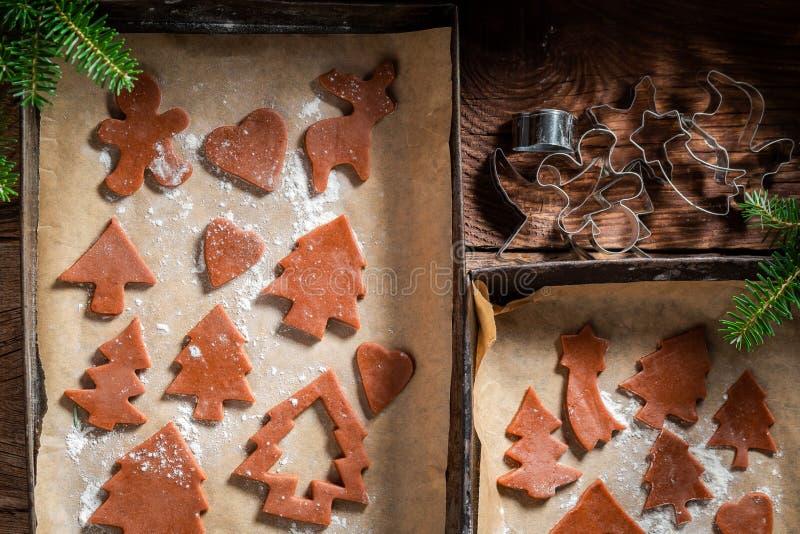 Резать печенья пряника рождества на печь подносе для рождества стоковые изображения