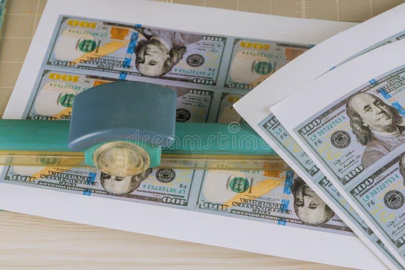 Резать поддельные банкноты резца долларов, поддельный подделывать валюты денег стоковое изображение rf