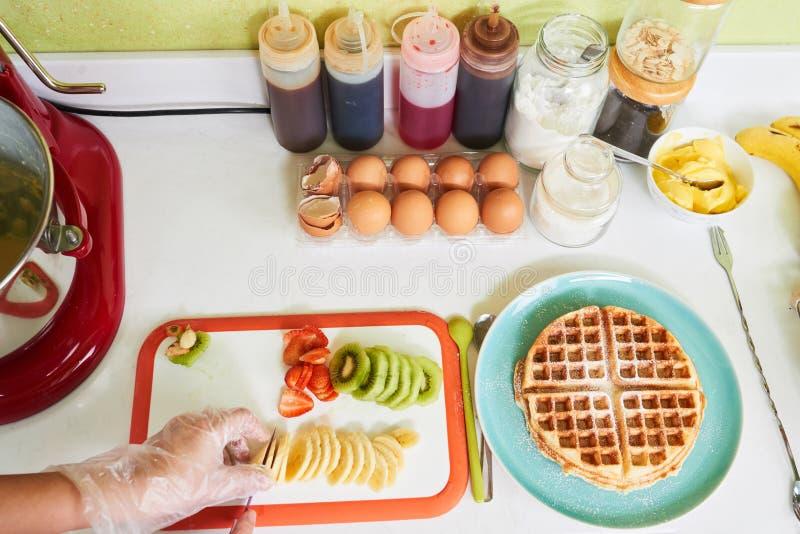 Резать свежие фрукты стоковое изображение