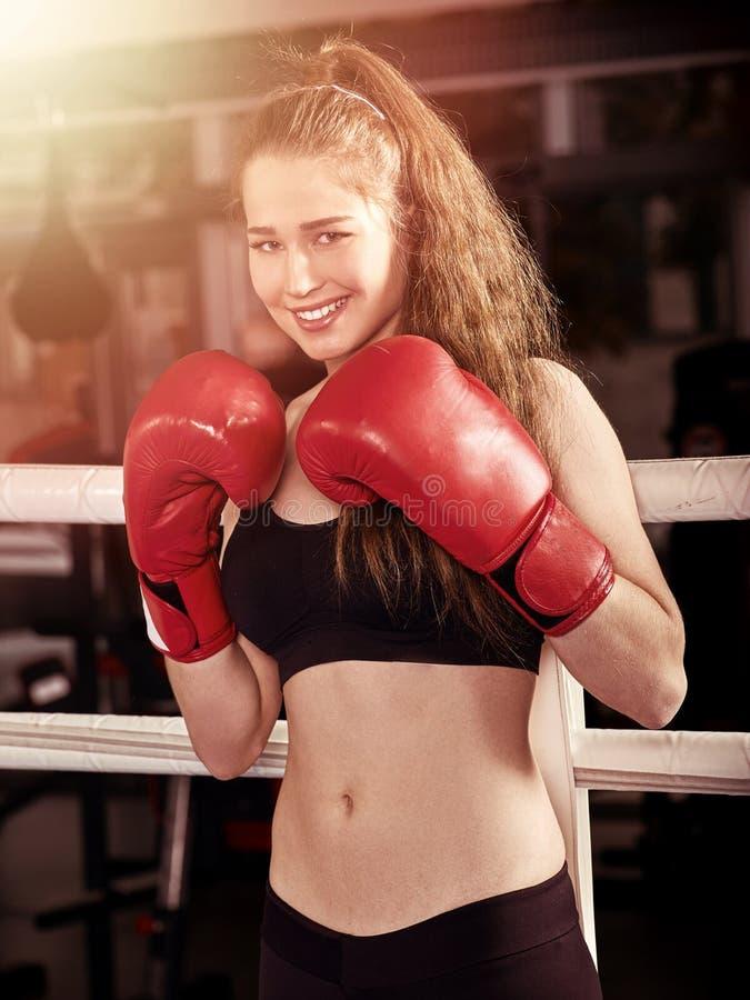 Резвитесь бокс девушки нося красный солнечный свет перчаток представляя переднюю камеру стоковое изображение rf