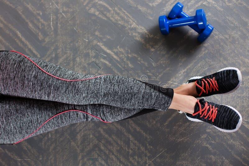 Резвитесь девушка фитнеса с гантелями - на предпосылке бирюзы стоковые изображения rf