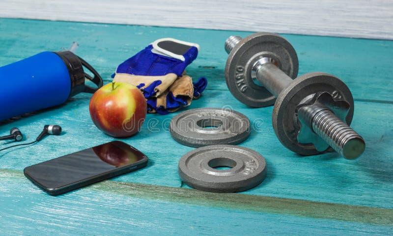 Резвит аксессуары для фитнеса на голубом поле стоковое изображение