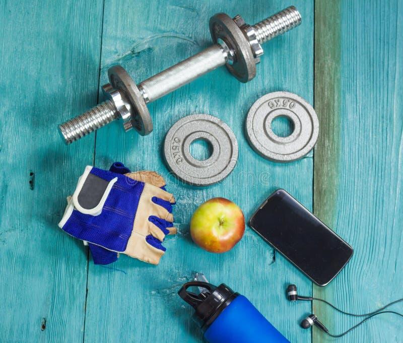 Резвит аксессуары для фитнеса на голубом поле стоковое изображение rf