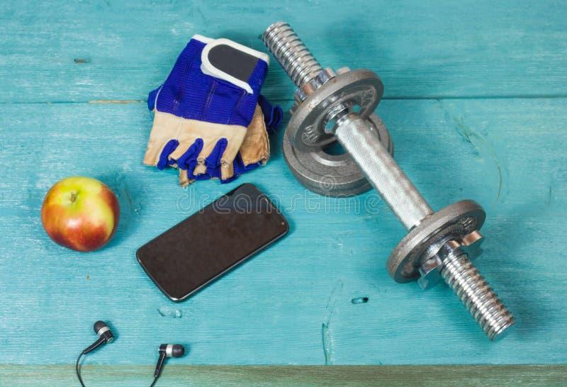 Резвит аксессуары для фитнеса на голубом поле стоковые фото
