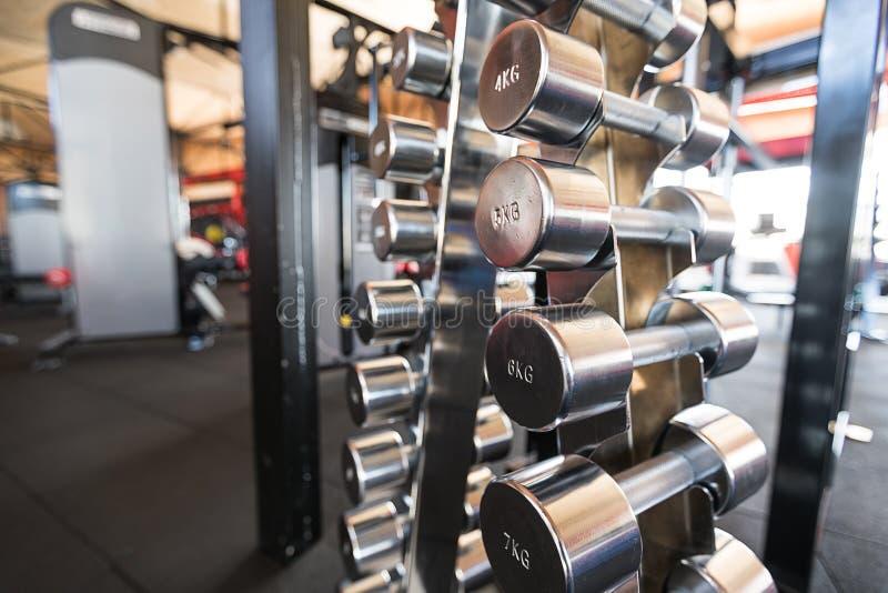 Резвит гантели Гантели в спортзале стоковая фотография