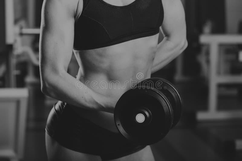 Резвит девушка на спортзале стоковые изображения