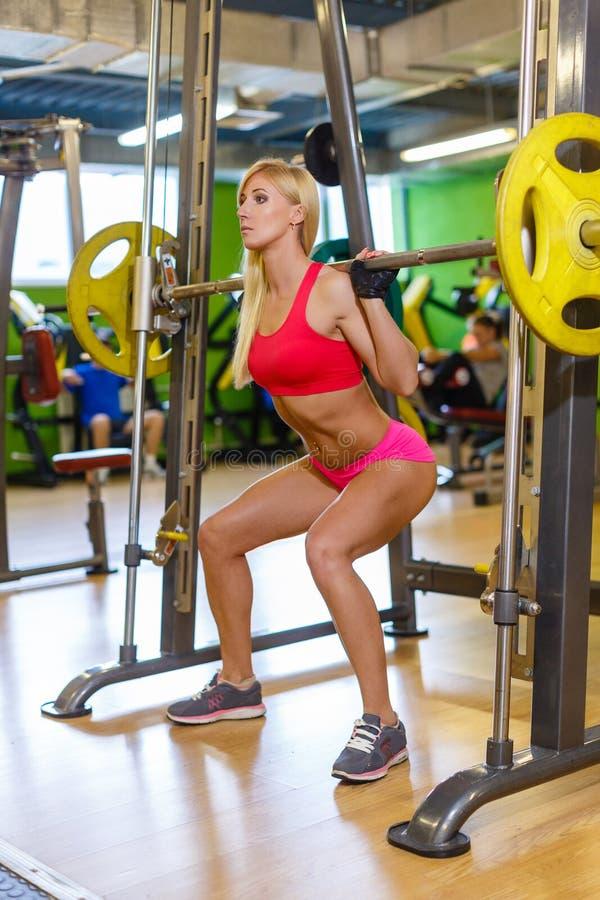 Резвит женщина в спортзале стоковые фотографии rf