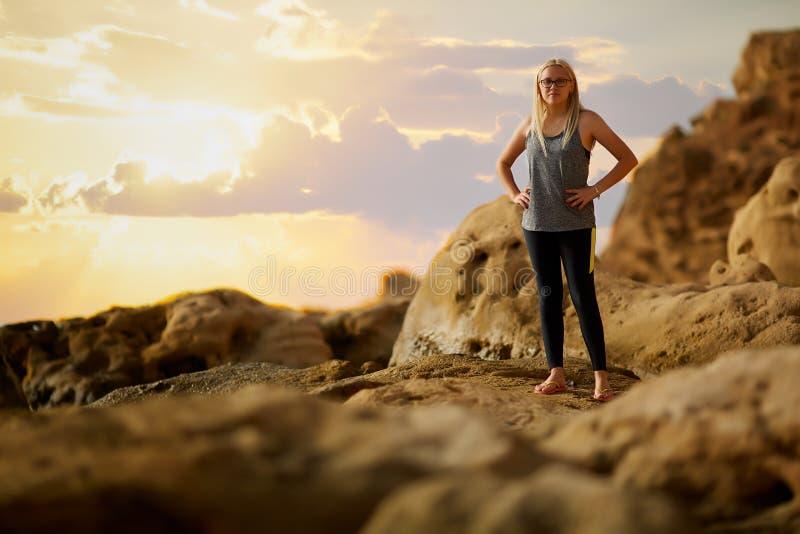 Резвит женщина делая йогу outdoors уклад жизни принципиальной схемы здоровый стоковое фото rf