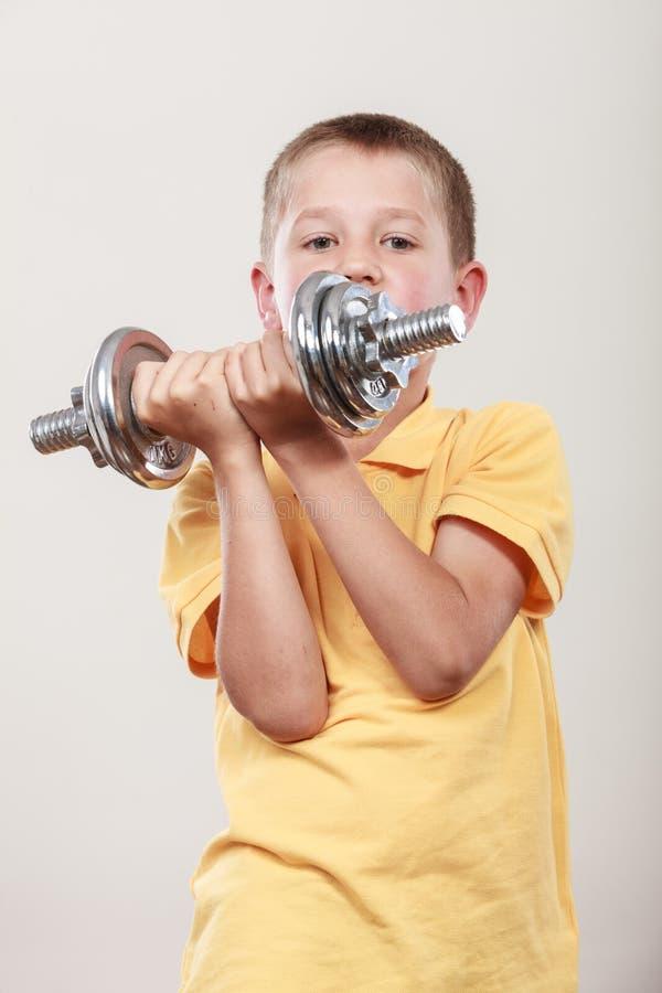 Резвит мальчик делая тренировку с гантелью стоковые фото