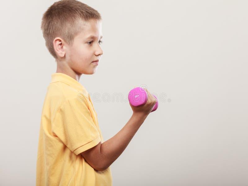 Резвит мальчик делая тренировку с гантелью стоковые фотографии rf