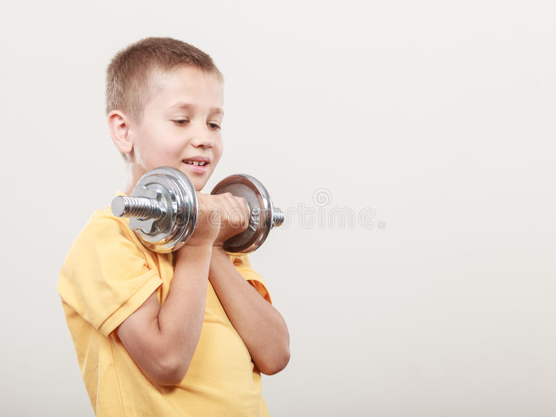 Резвит мальчик делая тренировку с гантелью стоковые изображения rf