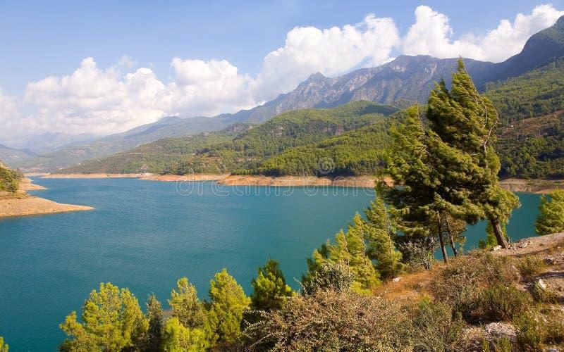 Резервуар и горы на заднем плане стоковое изображение rf
