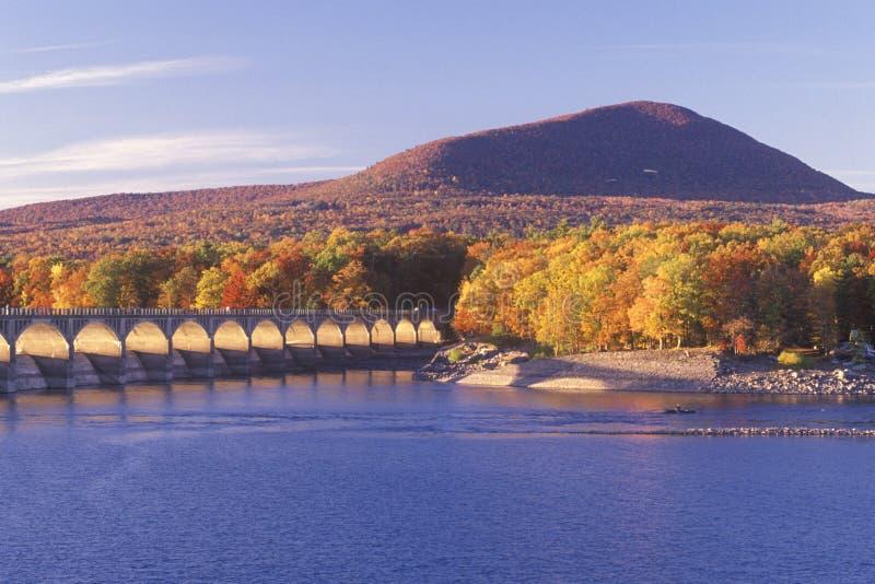 Резервуар на заходе солнца, заповедник Ashokan леса Catskill, Нью-Йорк стоковое фото rf