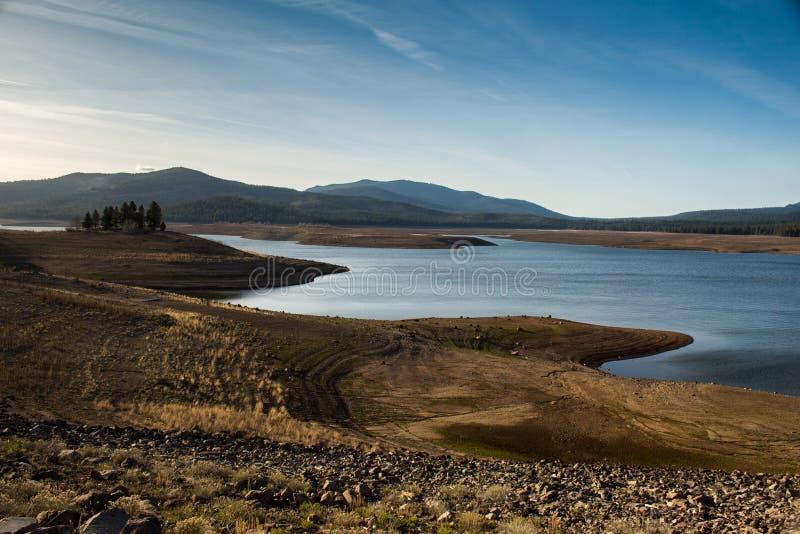 Резервуар пораженный засухой в пустыне стоковые изображения rf