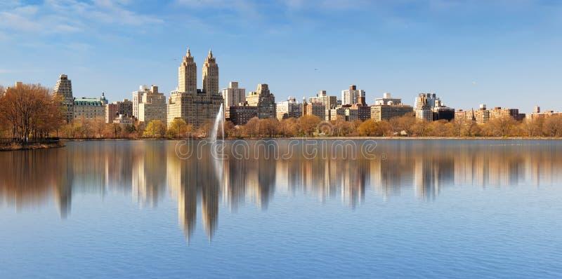 Резервуар Central Park и Манхэттена Жаклина Кеннеди Onassis стоковые фото