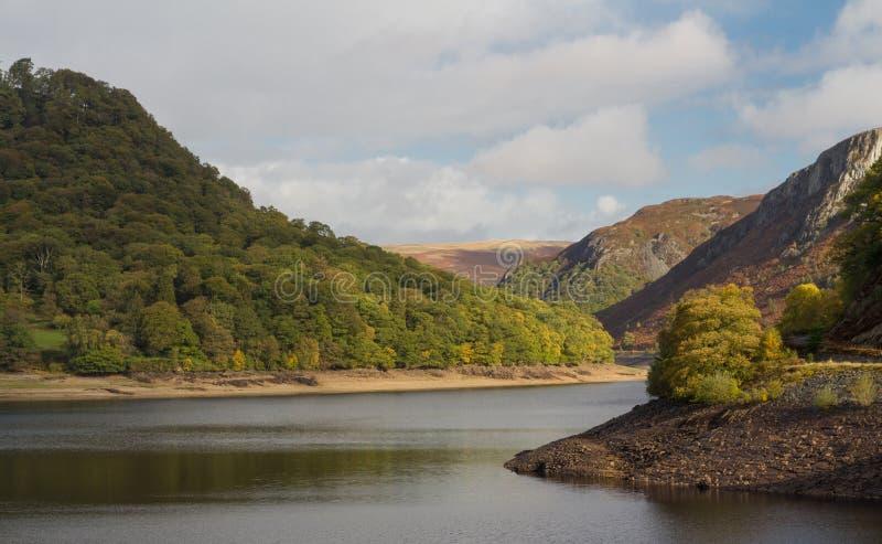 Резервуар ddu garreg, холмы воды и деревья стоковое фото
