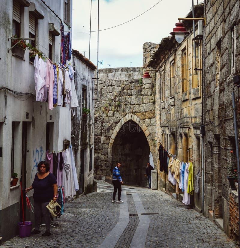 Резиденты в район ` s гуарде, Португалии старый еврейский, Judiaria, сохраняли много из своего шарма XIV века стоковое фото