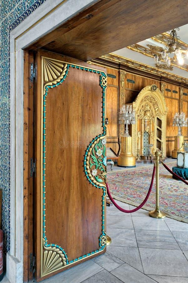 Резиденция деревянной двери цветочного узора богато украшенной показывая матери ` s принца, дворца Manial принца Мухаммеда Али, К стоковые изображения rf