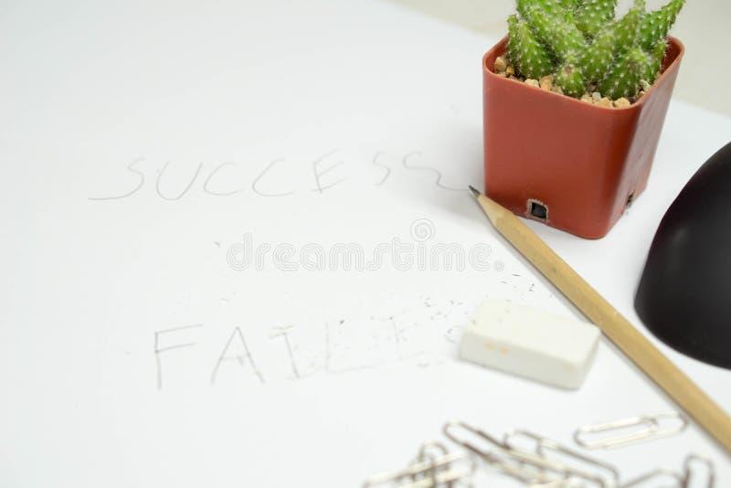 Резиновая мышь зажима карандаша с словом успеха кактуса и почерка и неудачным удалением слова резиной стоковые изображения