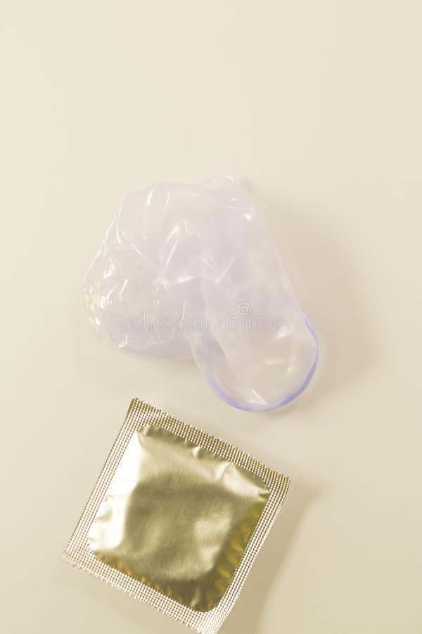 Резиновый контрацептив презерватива стоковые фотографии rf