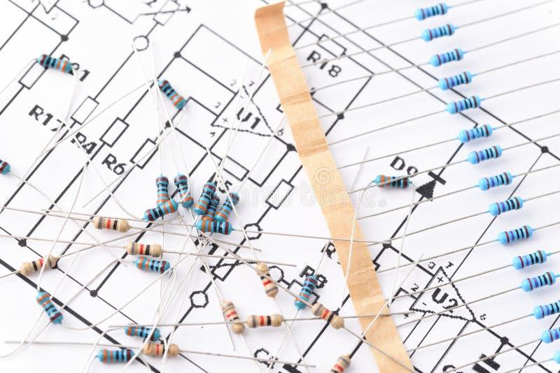 Резисторы, который нужно припаять, компоненты доск стоковые изображения