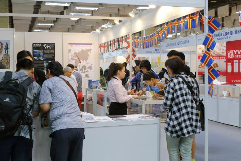 Резиденты Тайбэя посещают выставку штемпеля стоковая фотография