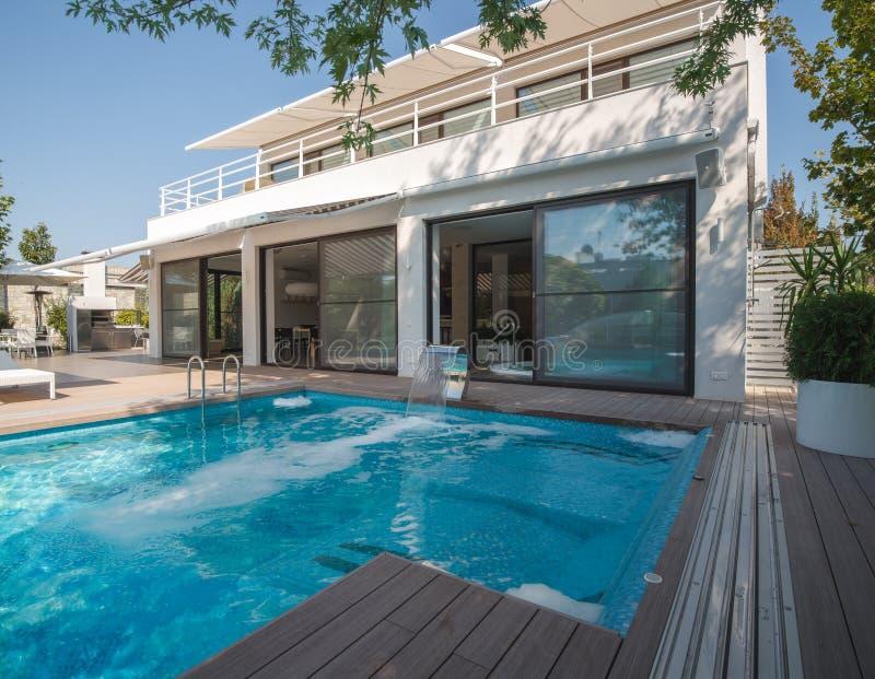Резиденция с бассейном стоковое фото rf