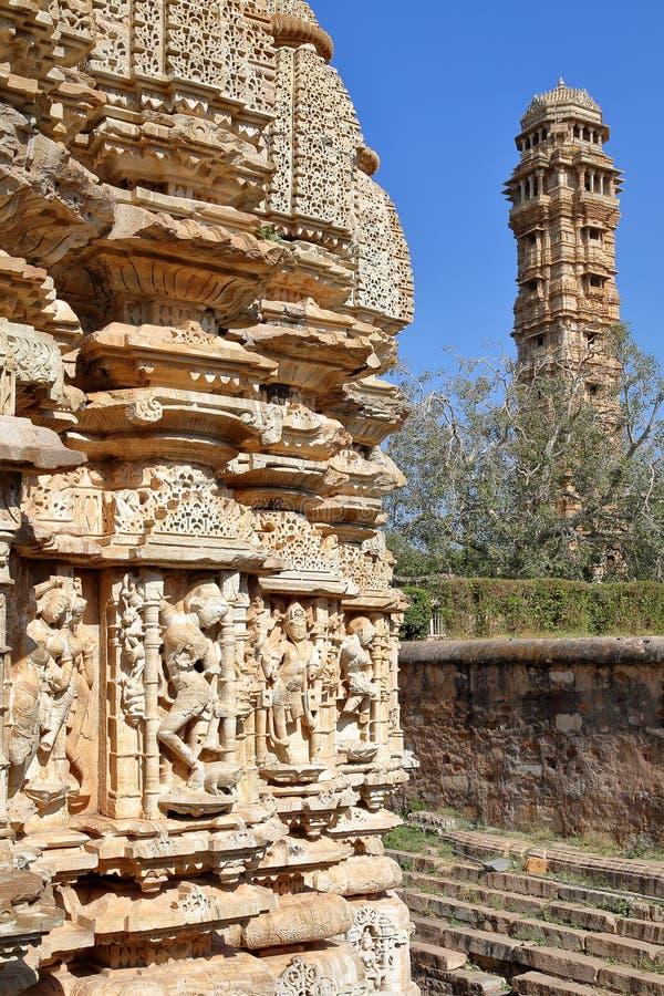 Резное изображение виска Samideshwar индусского при башня победы на заднем плане, расположенная внутри форта Garh Chittorga стоковые фотографии rf