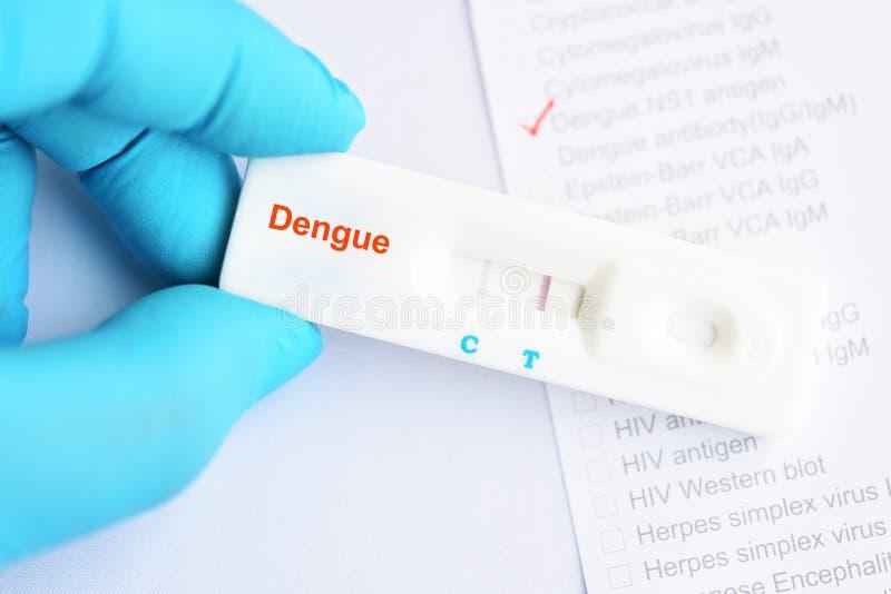 Результат теста вируса денге положительный стоковые фото